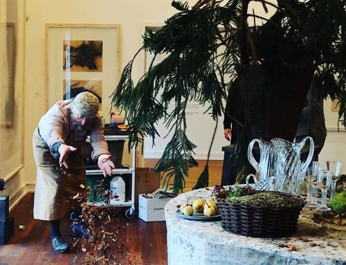 """Screenshot_2018-11-15  johanneslarsenmuseet på Instagram """"Tage Andersen lægger sidste hånd på sit smukt pyntede festbord  h[...]"""